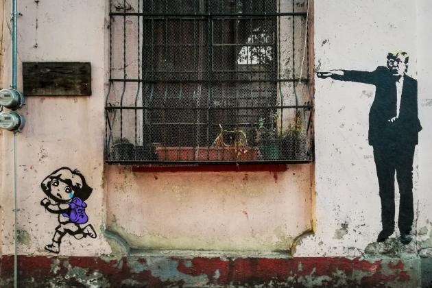 Wand mit Gitterfenster und Graffiti